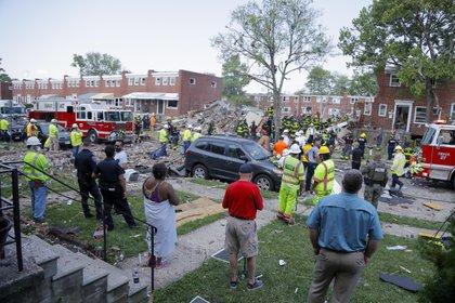 Bomberos y vecinos en la zona de la explosión (AP)