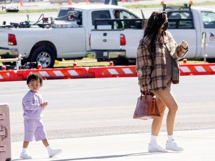 Kylie Jenner viajó en un jet privado con destino a Palm Springs, en California, junto a su hija Stormi. Madre e hija fueron vistas subiendo a un avión para tomarse unos días de descanso