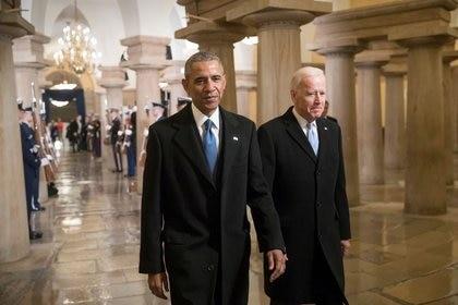 Foto de archivo de Barack Obama y Joe Biden en el Capitolio en el día de la juramentación de Donald Trump como presidente de EEUU.  Ene 20, 2017. REUTERS/J. Scott Applewhite/Pool