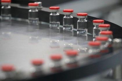 Con la segunda dosis, que se puede administrar hasta 12 semanas después, se brinda una protección completa contra formas graves y hospitalizaciones, aumentando la eficacia
