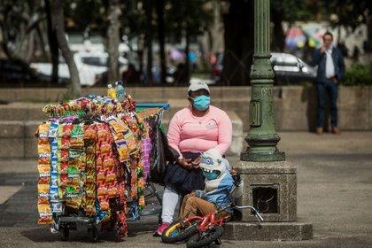 """Diputado de Morena en el Congreso de la CDMX propuso prohibir la venta de comida """"chatarra"""" a menores (Foto: EFE)"""