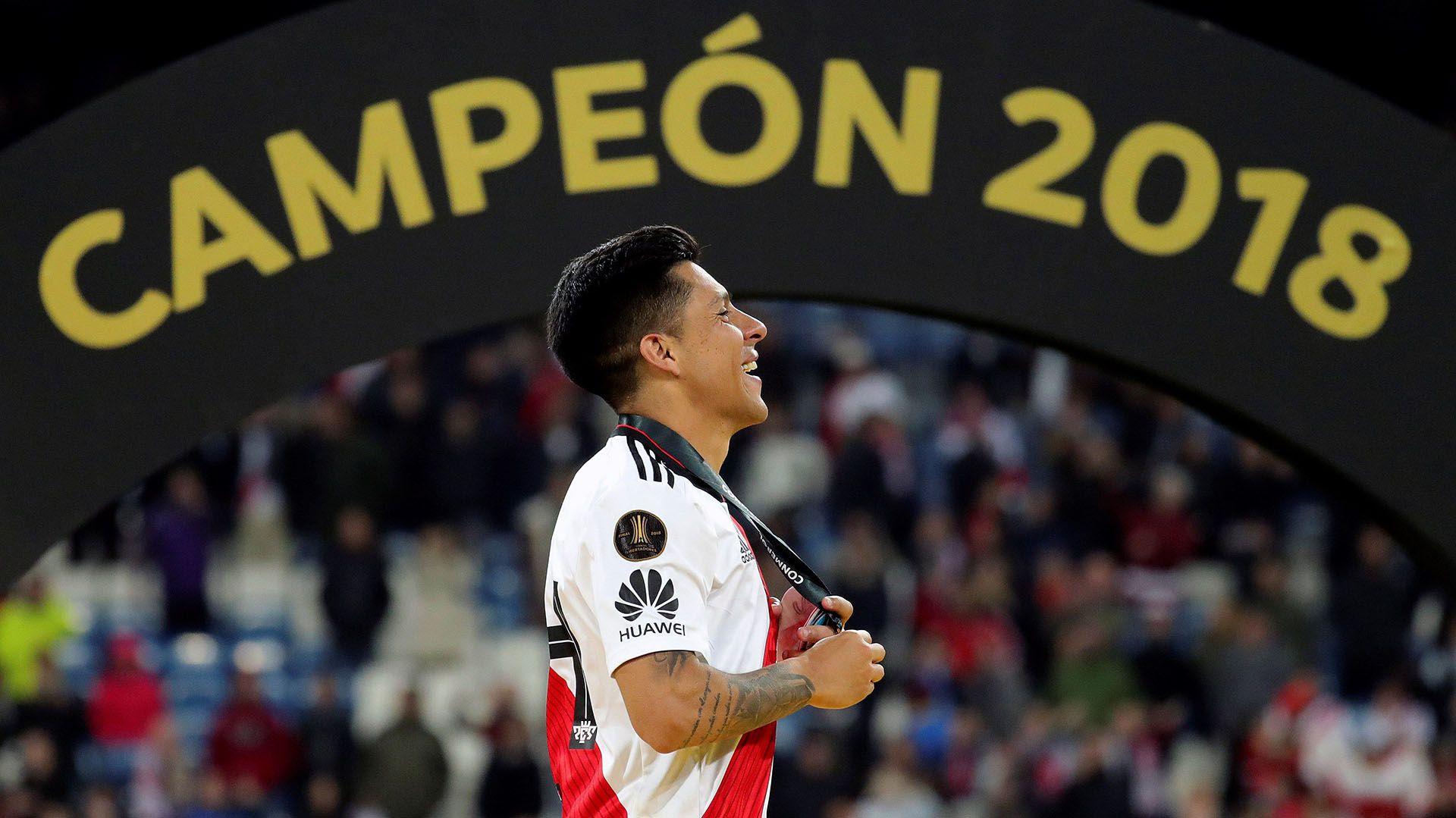 El centrocampista de River Plate Enzo Pérez en el podio tras vencer a Boca Juniors en el partido de vuelta de la final de la Copa Libertadores que ambos equipos jugaron en el estadio Santiago Bernabéu de Madrid el 9 de diciembre de 2018, y que terminó con la victoria de River Plate por 3-1 (EFE/JuanJo Martín)