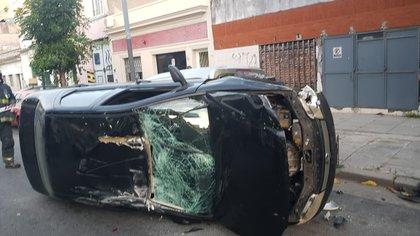 El vehículo de la mujer volcó luego de colisionar contra otro automóvil