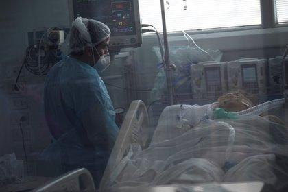 Personal sanitario atiende a un paciente afectado por el COVID-19, en la Unidad de Cuidados Intensivos del Hospital Clínico de la Universidad de Chile, en Santiago (Chile). EFE/ Alberto Valdés/Archivo