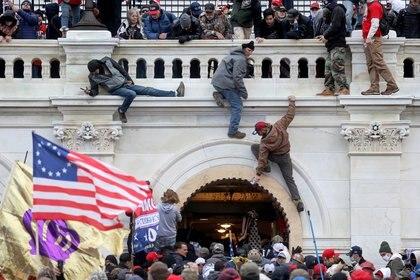Grupos de extrema derecha irrumpieron en el Capitolio el pasado 6 de enero (REUTERS/Leah Millis)