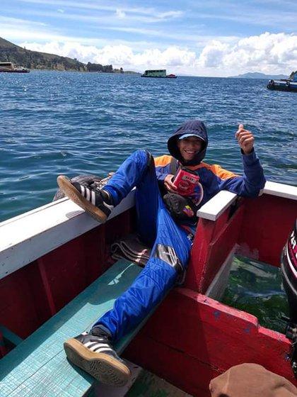 Yoa Saldarriaga, hinca del DIM, cruzando el lago TIticaca