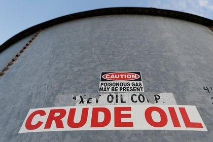 Imagen de archivo de un tanque de almacenaje de crudo en Mentone, Texas, EEUU. 22 noviembre 2019. REUTERS/Angus Mordant