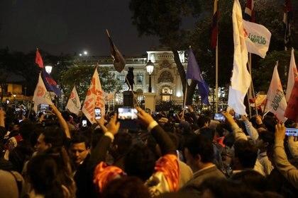 Simpatizantes de Martin Vizcarra celebran frente al Congreso la decisión del mandatario de disolver al Parlamento de Perú.  (REUTERS/Guadalupe Pardo)