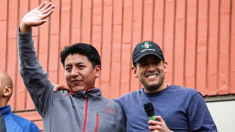 Luis Fernando Camacho y Marco Antonio Pumari. Foto: REUTERS/David Mercado