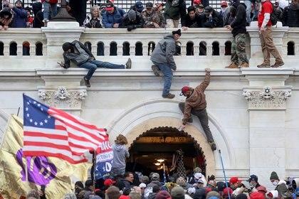 """El ataque, """"horrible y repugnante"""", según los jesuitas de los Estados Unidos, """"podría haber sido peor"""": recordaron que muchos asaltantes iban armados y gritaban """"Cuelguen a Mike Pence"""". (REUTERS/Leah Millis)"""