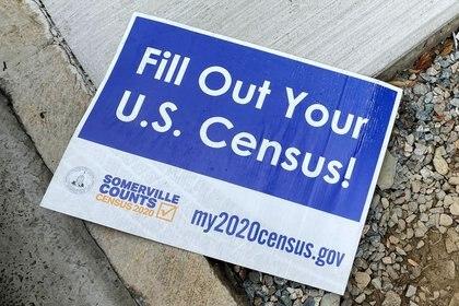 Un cartel animando a participar en la campaña del censo de Estados Unidos en una acera de Somerville, estado de Massachusetts, EEUU, el 4 de agosto de 2020. REUTERS/Brian Snyder