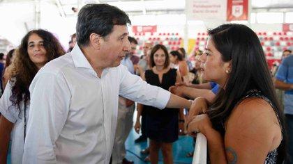 El ministro Arroyo en la entrega de tarjetas AlimentAr