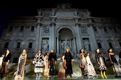 Fendi en la Fontana de Trevi (AFP)
