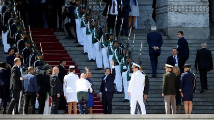 El presidente electo de Uruguay, Luis Lacalle Pou, y la vicepresidenta electa, Beatriz Argimon, llegan al parlamento para su ceremonia de juramento, en Montevideo, Uruguay, el 1 de marzo de 2020
