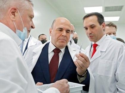 El primer ministro ruso, Mikhail Mishustin, visita el Centro de Investigación Estatal de Virología y Biotecnología, Vector, que desarrolla la vacuna EpiVacCorona contra la enfermedad del coronavirus (COVID-19) en Novosibirsk, Rusia, el 5 de marzo de 2021. Sputnik / Dmitry Astakhov / Pool a través de REUTERS