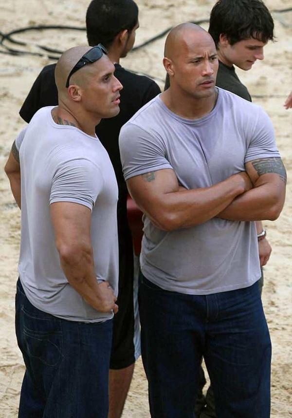 """Dwayne 'The Rock' Johnson (derecha) y su doble del cuerpo, que en realidad es su primo Tanoai Reed, conversan en el set de """"Journey to the Center of the Earth 2"""" en noviembre de 2010."""