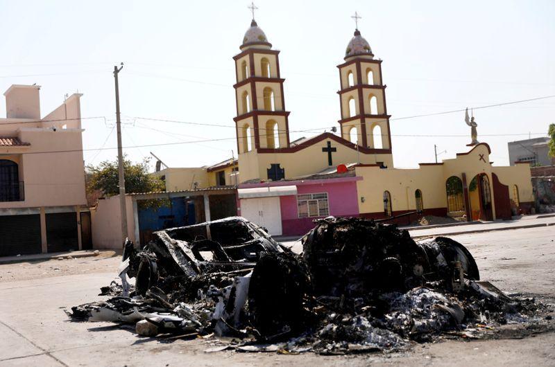 Imagen de archivo. Los restos de un automóvil incendiado en un bloqueo establecido por miembros del Cártel de Santa Rosa de Lima para repeler a las fuerzas de seguridad durante un operativo contra el robo de combustible en la localidad Santa Rosa de Lima, en el estado Guanajuato, México. 6 de marzo de 2019. REUTERS / Edgard Garrido