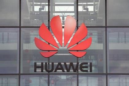 El logo de Huawei en el edificio de la sede central en Reading, Gran Bretaña, el 14 de julio de 2020 (REUTERS/Matthew Childs/Foto de archivo)