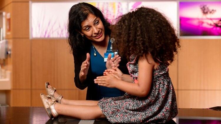 Mahajan de Mayo Clinic se especializó en la atención de niñas y niños que son afectados por diferentes tumores. Apuesta a reducir los efectos adversos a confía en en la terapia de protones,