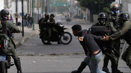 Los militares venezolanos mantienen una puja permanente con los colectivos por el control de las armas, pero Nicolás Maduro ha terciado en favor de los grupos parapoliciales más de una vez
