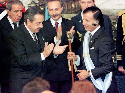 Raul Alfonsín entregó el mando a Carlos Menem, el 8 de julio de 1989, cinco meses antes de lo previsto (Foto: NA)