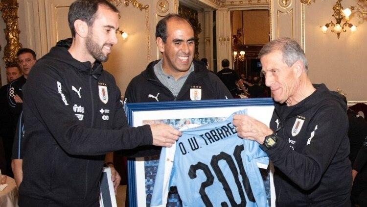 Diego Godín, capitán de la selección uruguaya, hizo entrega de la camiseta que la AUF le hizo al 'Maestro' Tábarez por sus 200 partidos (AUFOficial)