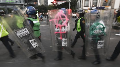 En el nuevo protocolo de acción, se establece que los oficiales estén identificados en su chaleco, casco y escudo (Foto: Pedro Pardo/AFP)