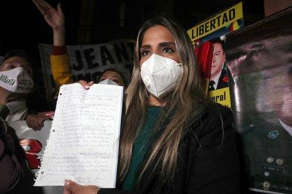 Carolina Ribera, hija de la ex presidenta transitoria de Bolivia Jeanine Áñez, muestra una carta escrita por su madre hoy, en La Paz (Bolivia).