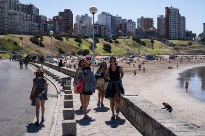 La costa atlántica bonaerense recibe a los turistas a pleno sol en este fin de semana (Télam)