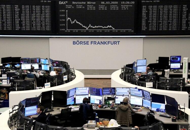 La curva que marca la caída de las acciones en Frankfurt (REUTERS/Staff)