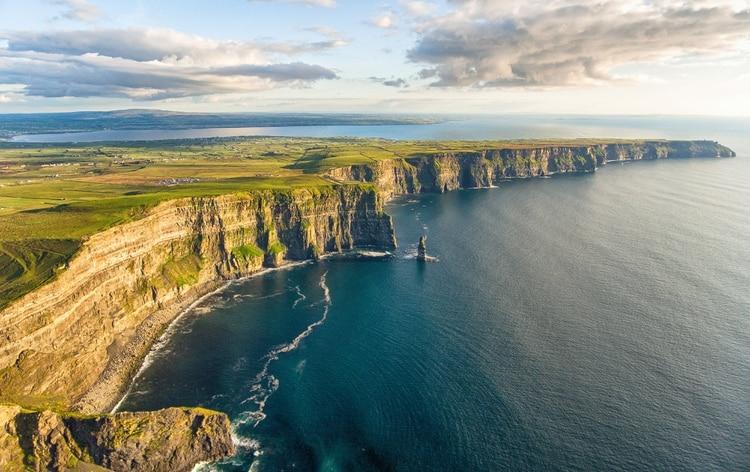 Los acantilados de Moher, uno de los destinos turísticos más populares de Irlanda, son un tramo de 8 kilómetros de acantilados de 214 metros con vistas al majestuoso Océano Atlántico