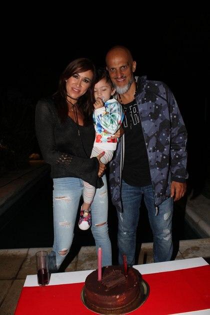 Hace unos años, Valeria, con su hija y Guillermo durante la celebración de su cumpleaños