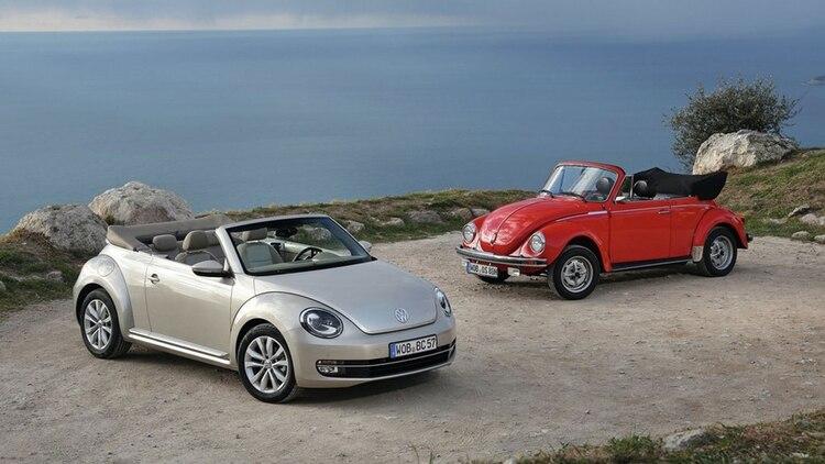 """Las versiones cabriolet de la primera generación y otra de la actual, con la que el """"Beetle"""" se despide definitivamente. (Foto: Prensa VW)"""