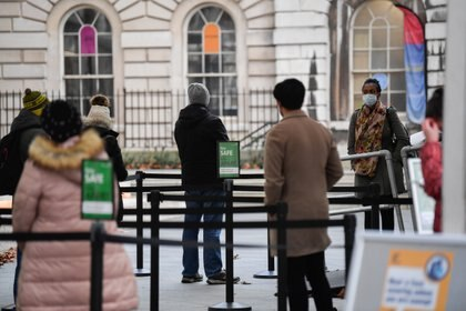 People queue as they wait to receive a COVID-19 vaccine at London Bridge vaccination centre, amidst the spread of the coronavirus disease (COVID-19), in London, Britain December 30, 2020. REUTERS/Toby Melville
