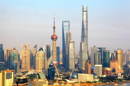 La torre de Shanghai está organizada en forma de nueve edificios cilíndricos apilados unos sobre otros, cubiertos por una fachada de vidrio (Shutterstock)
