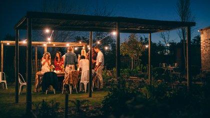 """Los especialistas recomiendan """"celebrar en casa, evitar reuniones con gente de fuera de ella, y si hay encuentros, preferiblemente deben ser en el exterior"""" (Shutterstock)"""