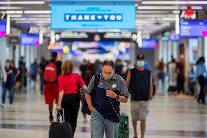 Pasajeros con mascarilla caminan en el Aeropuerto Internacional Hartsfield-Jackson en Atlanta, Georgia (EE.UU.), hoy 2 de julio de 2020. EFE/EPA/ERIK S. LESSER
