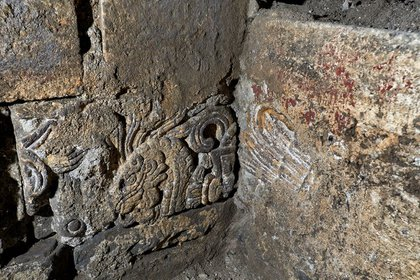 """Esquina sureste del cuarto virreinal con dos sillares empotrados que representan a la serpiente emplumada """"Quetzalcóatl"""" y un tocado de plumas. (Foto: INAH)"""