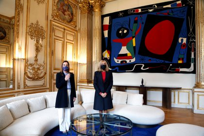 French first lady Brigitte Macron and her Mexican counterpart Beatriz Gutierrez Muller meet at the Elysee Place, in Paris, France October 8, 2020. Thibault Camus/Pool via REUTERS