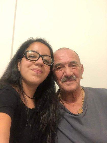 Rolando Hanglin junto a su hija