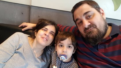 Cintia Fritz, Eduardo Seisdedos y Lautaro Seisdedos Fritz en familia