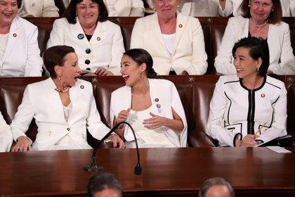 Nydia Velazquez se ríe junto a Alexandria Ocasio-Cortez y Judy Chu durante el segundo Discurso de la Unión del presidente Donald Trump en el Congreso de EEUU. REUTERS/Jonathan Ernst
