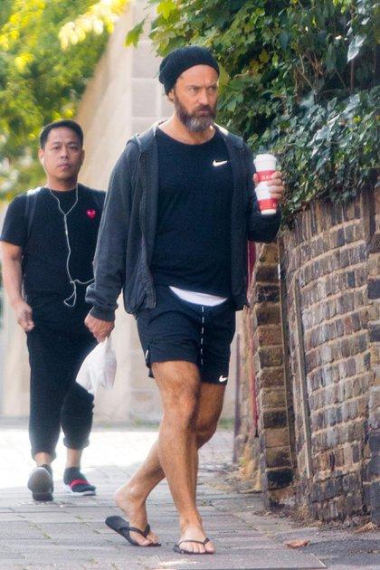 Jude Law, por las calles de Londres, Inglaterra. El actor, que recientemente fue padre por sexta vez, lució un look deportivo, para buscar un café y regresar a su casa. Por su parte, llamó la atención que llevaba ojotas en sus pies pero un gorro de lana en su cabeza