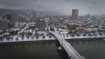 El puente Morrison en el centro de Portlando, Oregon, otra de las ciudades afectadas en la costa oeste.  (Brooke Herbert/The Oregonian via AP)