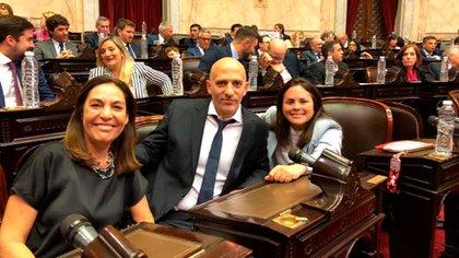Emiliano Yacobitti y Carla Carrizo (de negro), los dos legisladores radicales que presentaron un proyecto que el kirchnerismo cree que se puede discutir