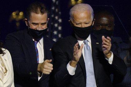 Hunter y Joe Biden en un acto de campaña en Wilmington, Delaware, Estados Unidos. REUTERS/Jim Bourg