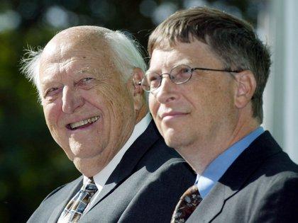 William H. Gates Sr. y Bill Gates Jr., fundador de Microsoft (AP)