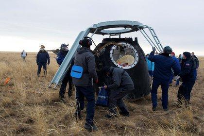 Los miembros de un equipo de búsqueda y rescate trabajan en el sitio de aterrizaje de la cápsula espacial Soyuz MS-16 a unos 150 kilómetros al sureste de la ciudad kazaja de Zhezkazgan, el 22 de octubre de 2020 (GCTC / Agencia Espacial Roscosmos ruso / Folleto) a través de REUTERS)