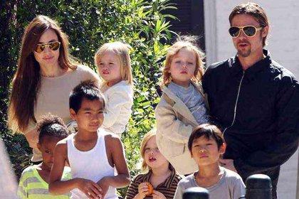 Angelina Jolie y Brad Pittcon sus seis hijos