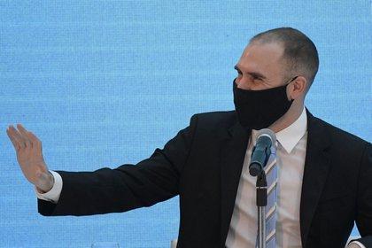 """El ministo Guzmán y un gesto de saludo, que también parece un llamado a """"parar"""" los precios (EFE)"""
